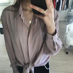 Flot støvet rosa skjorte fra Brandtex. Nypris er ca 500 kr, så det er lækker kvalitet. Nærmest aldrig brugt, så fejler derfor ingenting. Man kan godt bruge den som S eller M, så kan man evt bare binde den op, ligesom jeg gjorde på billede 1. Kan også sagtens bruges som normal skjorte. FRAGT ER GRATIS! 🚛 LEVERING ER DAO, KAN OGSÅ SENDES TIL HJEMMET, KOSTER 10 KR EKSTRA 🚛 💸 BETALING ER MED MOBILEPAY 💸 📦INGEN RETURRET📦