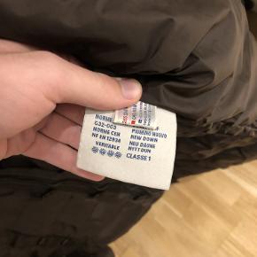 Sælger denne lækre moncler jakke, som er i størrelse 3. Den fitter dog mere medium end large.  Cond: 7/10 (der er nogle små brugsridser, de er dog svære at se. Kan ses på billede 7+8)  Jakken er naturligvis ægte og der er også certilogo, som bekræfter det!  Jeg købte den for et par år siden - jeg mener nyprisen var omkring 1200 usd og de går for cirka 400-450 usd på ebay.  Hvis du har nogle spørgsmål, så skal du være mere end velkommen til at skrive. Den kan hentes i Odense eller sendes!