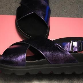 Brand: Even&odd Varetype: Sandaler Farve: Lilla  Fede sandaler i lilla. Brugt 1 gang. Mrk even&odd. Måler 25 cm i hele sålen - altså inkl buer i ender, Pp