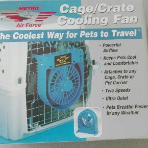 Blæser til hunde/kattebur. God at have med på rejsen. Bruger 2 D batterier (følger med i prisen) Nye.