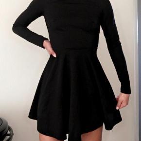 Sælger min kjole fra Nelly. Kjolen er af Nellys eget mærke NLYONE. Brugt en enkelt gang til et arbejdsrelateret event og vasket. Sælges billigt da jeg ikke får den brugt. Kontakt mig gerne for mere info :-)