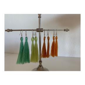 Hjemmelavede tasseløreringe i forskellige farver.  Prisen pr. par er 30kr og 2 par til 50kr.