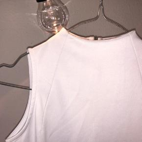 Fin hvid enkel tætsiddende kjole med en lille høj hals. Brugt en gang. Stadig i super god stand, sælges billigt. 🌞🌞🌞  Jeg sælger blandt andet også ud af mærkerne Zara, COS, Arket, New Balance, Selected Femme, ASOS, Wood Wood, Weekday, Gestuz - og jeg giver mængderabat🌞🌞