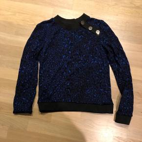 Super lækker bluse i mørkeblå leopard med lækre knapper str. s. Nypris 800 kr Som ny. Bytter kun til str. M