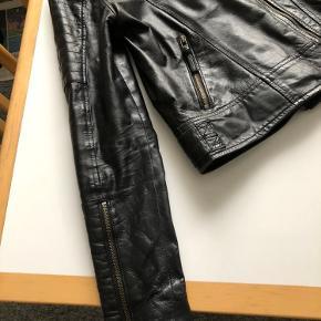 Super fed biker jakke i læder fra Modstrøm sælges. Den er brugt, men stadig fin og brugbar. Jakken er i str. S og sort. Den har to lynlås lommer og med lynlås hele vejen ned.  Sælges for 250 kr og kan afhentes i Aalborg Vestby.