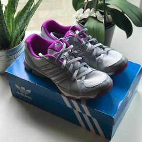 Adidas fritids sko. Meget fin sko, som er behagelig at gå i. Skoene er ikke brugt specielt meget, og fejler derfor ingen ting! De er i en størrelse 39 1/3.  De er lige blevet rengjort og vasket, så de står super skarpt og dufter godt.   Nypris 950kr - købt i skoringen   Mindstepris 50kr   - Boks kan medfølge efter eget ønske