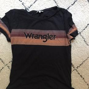 Fed t-shirt, er brugt rimelig flittigt og man kan godt se den ikke er helt ny men den kan stadig noget!