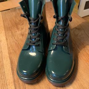 Super fine grønne gummistøvler med sorte snørebånd. De hedder størrelse 37/38, men de passer en str 38. Mærket er ukendt.