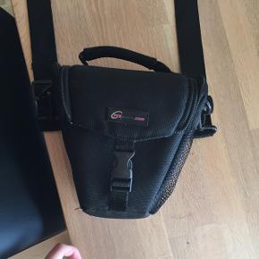 Sælger min gamle kamerataske. Perfekt størrelse til et spejlreflekskamera. Den er mega dejligt fordi den ikke er for stor, ligesom mange andre kameratasker. Kom med er bud. Nærmest som ny!