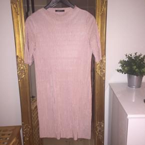Svag lyserød, plisseret kjole fra Gina Tricot :-)