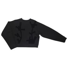 Acne Studios Bird Flower PAW1480% bomuld 20% polyester   Næsten ikke brugt sweatshirt fra Acne. Lidt stor i det, så en 36 ville også kunne bruge, og måske også en 38.  Kom med et bud :-)