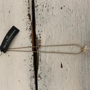 Halskæde hvor længden selv kan justeres ved hjælp at den lille ring der ses på kæden, der blot kan skubbes frem og tilbage.