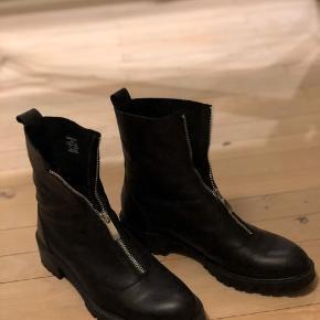 Flade støvler i skind fra ZARA. Brugt én gang. Sælges stadig i butikken.
