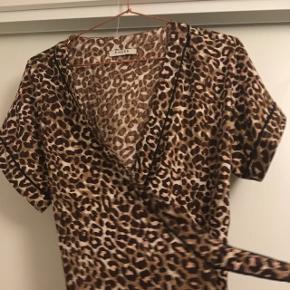 Mega fed leopard slå-om-tunika.   Mp: 100  Perfekt stand, da den aldrig er brugt