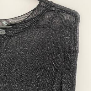 Smuk kjole i sølv og sort fra Moves.  Der følger ikke underkjole med denne, men den er let transparent.   Haves også i grøn.