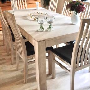 OBS står i Kolding S.   Hvidolieret massiv egetræs pariser spisebord.  Bordet måler: 2 meter i længde x 1 meter i bredde. Tillægspladser på 2x50cm medfølger.  8 stole medfølger.   Nypris inkl. stole og tillægsplader: 15800 kr.   Ved hurtig afhentning kan prisen forhandles.