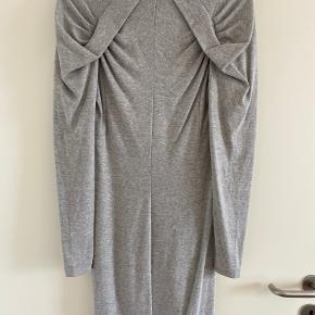 Kjole i tyndt elastisk strik. Fejler ingenting