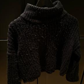 Sælger denne fine strik med høj hals, da jeg ikke får den brugt. Kan afhentes på Nørrebro, eller sendes ved aftale
