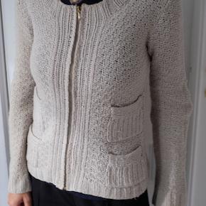 Smukkeste sweater / cardigan fra Baum und Pferdgarten sælges, da jeg ikke får den brugt længere. Den har fire lommer på fronten og lynlås hele vejen igennem. Klassisk og lidt chanel-agtig i stilen. Det er en størrelse medium. Kan afhentes på Frederiksberg, ellers betaler køber for porto.