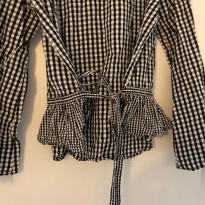 Skjorte med brede ærmer og bindebånd.