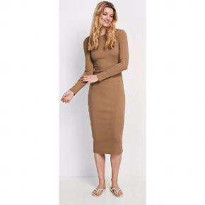 Fin, lang, behagelig kjole fra Envii i bomuld og elastan 😊