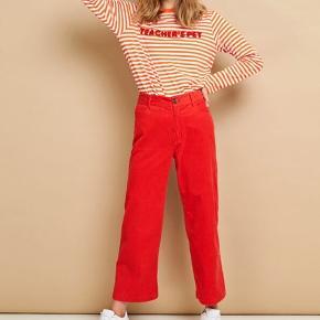 Bukserne er i velour og er kun blevet brugt og vasket en gang, så de er næsten så gode som nye, og den ekstra knap, der hører til bukserne, sidder stadig i livet:)