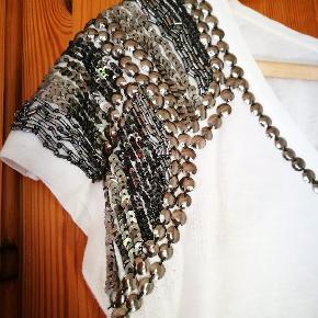 Rigtig fin hvis t-shirt med palietter. Mærket er Sphera. Den er en lille medium.