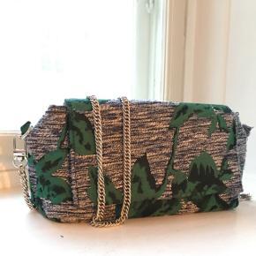 Smuk, tekstil - gå ud - taske, næsten ikke brugt, kan indeholde det nødvendige. Købt i Milano. Kan bruges som crossover, alm. One shoulder eller Lille clutch. Næsten inden slid.