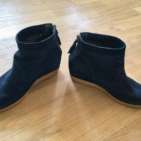 Mørkeblå ankelstøvler med kilehæl fra Shoe the Bear