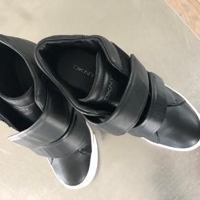 DKNY sorte Grayson wedge sneakers  Skoene har aldrig været brugt.