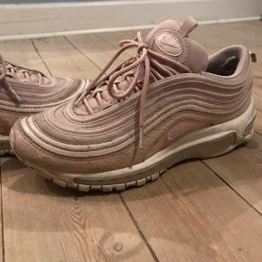 Nike Sneakers, God, men brugt. Sundbyerne - Sizer mere en 40-40.5 synes jeg. Kan blive næsten som ny, hvis de lige får en klud.. Nike Sneakers, Sundbyerne. God, men brugt, Brugt en periode og har derfor mindre tegn på brug