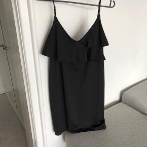 Smuk kjole fra H&M, str. M. Aldrig brugt - stadig med prismærke.  Jeg sender gerne - mp 86 kr. inkl :-)