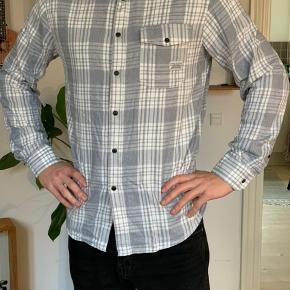 Rigtig fin skjorte, jeg bare aldrig rigtig har fået brugt.  Jeg er 184 høj.