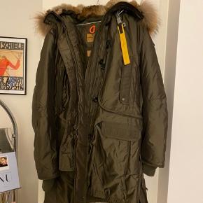 Varmeste vinterfrakke fra Parajumpers - sælges for min mor da hun ikke bruger den.  Str. XL men kan også passes af en Large. Mørk flaskegrøn farve. Ægte pels på hætten som kan fjernes.  Mål: 60 cm over bryst, 55 cm i taljen :)  Flot stand. Brugt omkring 2-3 gange.