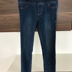 Tommy Hilfiger jeans str. 6 år Der er elastik i taljen Så fine Flot stand  Prisen er excl. porto Bemærk, mine priser er faste. Handler gerne mobilepay på 26810990