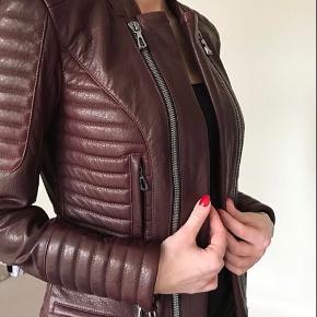 Smuk læder jakke fra etoile London.  Nypris 7500