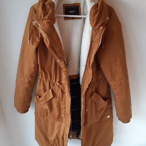 ONLY Frakke, Aldrig brugt. Gødvad - ONLY Frakke, Gødvad. Aldrig brugt, Er måske blevet prøvet på men aldrig brugt. Ren men ikke vasket. Ingen mærker eller skader