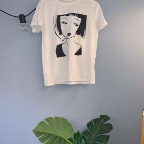 Mega unik t-shirt med fedt fedt print. Jeg er vild med damen der ryger jeg synes hele harmonien i tshirten spiller hammer godt, men jeg får den ikke brugt nok. Jeg mener den er købt i L da jeg elsker lidt baggy t-shirts og hader de skal sidde stramt så den passer fra S-L ❤️ Spørg endelig for mere!