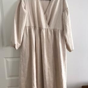 Den smukkeste kjole med smukt print. Fejler ingenting, eftersom jeg kun har haft den på én gang i én times tid..  Passes perfekt af en 38-40 // M-L.   Kan afhentes på Frederiksberg eller sendes forsikret med DAO (på købers regning).