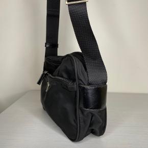 Lidt om tasken🧳  Prada crossbody taske i sort med plads til hverdagsting. En af de mest eftertragtede modeller som Prada har produceret, og medfølger ægtehedsbevis  Stand 🔍 Standen er super god og nylonet føles ikke brugt overhovedet, der er generelt ikke noget galt med tasken og ser super flot ud💞