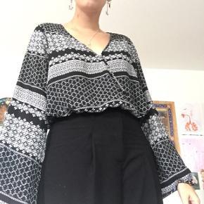 Mega fin top med elastik i bunden, så den bliver lidt cropped:)