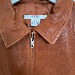 Brun / cognac farvet læderjakke fra Gant med lynlås og lille krave