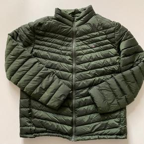 GANT dunjakke til herrer i let vandafvisende materiale fra Gant.  Model: Green The Airlight Jacket Nypris: 2.000 kr.   - 100% polyamid - 90% dun 10% fjer - Vandafvisende - Sidelommer med lynlås