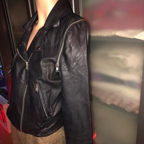 """""""Læder"""" jakke, fra Lilly Allen kollektion med vero moda. Ærmerne kan tages af så det bliver til en læder vest, har jeg aldrig gjort, men ved det fungerer. ✨"""