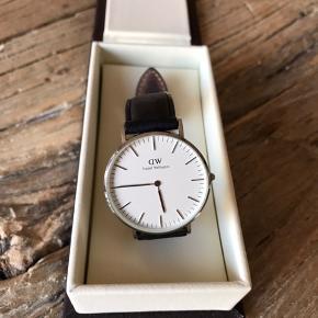 36mm DW ur i stål med sort læderrem. Brugt få gange og fin stand. Findes i Hellerup.