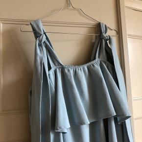 Lyseblå off the shoulder kjole fra Ganni i str. 40. Jeg er selv en M og synes den passer fint 💙 Fremstår i flot stand. Fejler intet.   Kan hentes på Vesterbro eller sendes med dao.