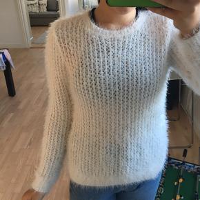 Sælger denne hvide pels sweater da jeg ikke rigtigt får brugt den💟 Den er i fantastisk stand, da jeg som sagt ikke har brugt den👯♀️ Den har ingen pletter eller skader😎 Kommer fra dyre/ryger frit hjem🤍