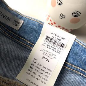 """Jacqueline de Yong Denim """"Jona Skinny High"""" str. 27/34 i farven light blue - aldrig brugt prismærke sidder stadig i 👖  Materiale: 99% bomuld & 1% elastane  Byd gerne kan både afhentes i Århus C eller sendes på købers regning 📮✉️"""