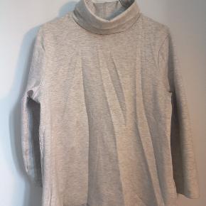 Fin top / trøje fra H&m.  Fed hals, man enten kan folde ligesom på billedet eller tage op som en rullekrave.  Jeg giver gerne mængderabat ved køb af flere ting👌🏻 Skriv gerne for spørgsmål.  Køber betaler porto.