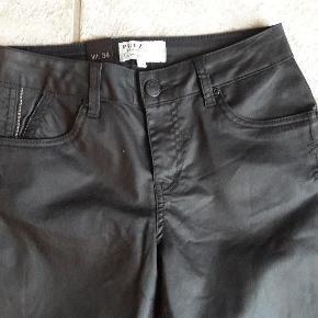 Varetype: Nye jeans  Størrelse: 34 Farve: Sort Fede nye jeans fra Pulz. Sorte med let coated overflade.  Livvidde ca. 35-37 x 2 cm Indv. benlængde ca. 80 cm  Bytter ikke Handler gerne via mobilpay
